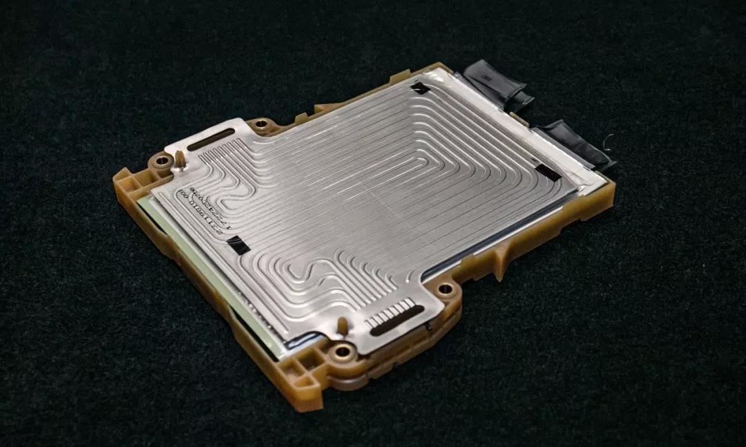 一个MINI堆垛单元 据通用内部工程师介绍,每两片软包电池组成一个所谓MINI堆垛单元的基础。通过流水线焊接在一起。电芯与电芯之间由铝制冷却片隔开,冷却液通过注水口注入,填充冷却片上的毛细管,循环流动并带走热量。此外,也可以通过线圈加热冷却液,使电池升温,即使在极端寒冷环境下,确保电池处于最适宜的工作温度。 两个软包电池、一片毛细管冷却片,再加上一个模组框架和一片隔热泡棉,就组成了一个完整的MINI堆垛单元。而一个电池模块总成由26个MINI堆垛单元组成。 并且VELITE6有两个电